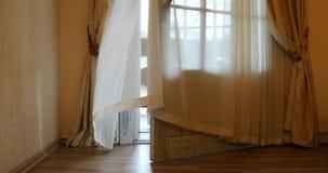 Frischluft kommt in den Raum von der offenen Tür des Balkons stock video footage