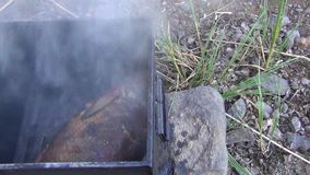 Frischwasserfische im Metallräucherhaus sehr viele Fleischmehlklöße Hintergründe im Freien stock footage
