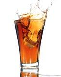Frisdrank met een plons die op wit wordt geïsoleerdu stock afbeelding