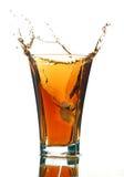 Frisdrank met een plons die op wit wordt geïsoleerdu royalty-vrije stock foto