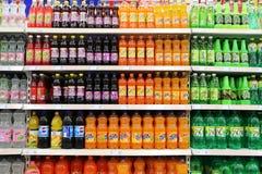 Frisdranken en Dranken in Supermarkt royalty-vrije stock foto