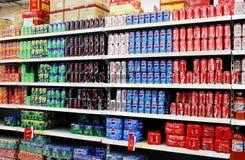 Frisdranken en Dranken in Supermarkt stock fotografie