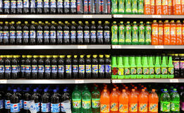 Frisdranken en Dranken in Supermarkt stock afbeeldingen