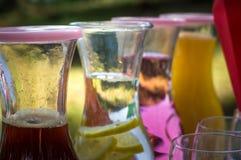 Frisdranken op een lijst buiten Stock Foto