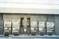 Frisdrankenautomaat op straat in Tokyo Japan op 30 Maart, 2017 | Hete en koele commerciële vertoning Royalty-vrije Stock Fotografie