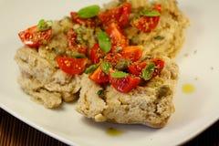 frisella italiano con los tomates y la albahaca Imagen de archivo