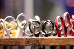 Frisering scissors i träställning med utrymme för text Royaltyfria Foton