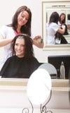 Friseringskönhetsalong. Kvinna som dör hår. Frisyr. Royaltyfri Foto