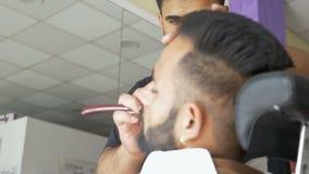 Frisersalong yrkesmässig frisör på arbete lager videofilmer