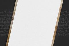 Frisersalongbakgrund Tom form p? en m?rk bakgrund Modell av priser f?r service kopiera avst?nd frisering arkivbilder
