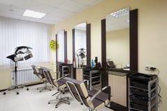 frisersalongen placerar lokal tre som fungerar Royaltyfria Bilder