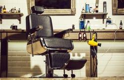 Frisersalongfåtöljen, den moderna frisören och hårsalongen, barberare shoppar för män Stilfull tappning Barber Chair Barberaren s royaltyfri bild