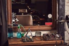 Frisersalonghjälpmedel på den träbruna tabellen Tillbehör för att raka och frisyrer på tabellen royaltyfria bilder