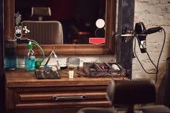 Frisersalonghjälpmedel på den träbruna tabellen Tillbehör för att raka och frisyrer på tabellen arkivfoto