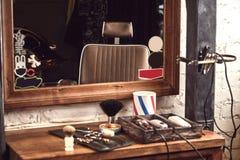 Frisersalonghjälpmedel på den träbruna tabellen Tillbehör för att raka och frisyrer på tabellen arkivbilder