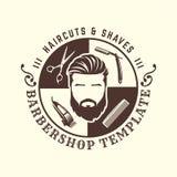Frisersalonglogomall, tappning eller retro stil, med skäggiga man- och barberarehjälpmedel stock illustrationer