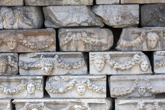 Frises sur le portique de Tiberius dans les Aphrodisias, Aydin, Turquie Photos libres de droits