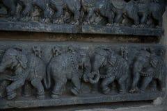 Frises sur les murs externes du temple de Hoysaleswara chez Halebidu, Karnataka, Inde Image libre de droits