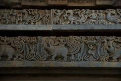 Frises sur les murs externes du temple de Hoysaleswara chez Halebidu, Karnataka, Inde Photo libre de droits