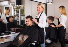 Friseur am Arbeitsplatz Stockfotos