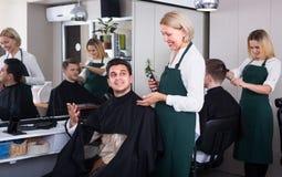 Friseur bei der Arbeit Stockfotos