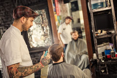Friseur besprüht einen Kunden mit Wasser Lizenzfreies Stockfoto