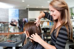 Friseur Cutting Clients Haar Lizenzfreies Stockfoto