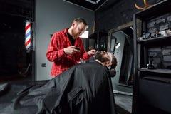 Friseur, der Barthaarschnitt unter Verwendung des Rasierapparates macht Lizenzfreie Stockbilder