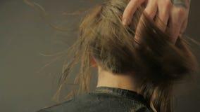 Friseur, der ein Haar vor Haarschnitt in der Zeitlupe kämmt stock video footage