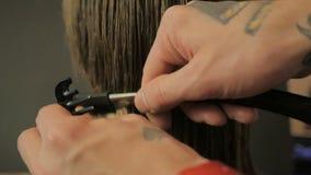 Friseur, der einen Haarschnitt mit Rasiermesser in der Zeitlupe tut stock video