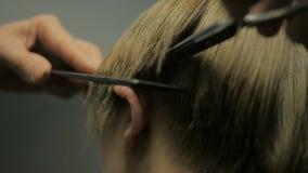 Friseur, der einen Haarschnitt mit Scheren in der Zeitlupe tut stock video footage