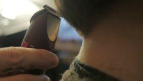 Friseur, der einen Haarschnitt mit Scherer in der Zeitlupe tut stock video