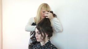 Friseur, der Haarmädchen tut stock video footage