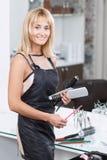 Friseur, der Hairstylingsgeräte hält Stockfotografie