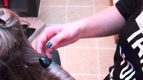 Friseur, der Locken auf Kundenhaar unter Verwendung des elektrischen Lockenwicklers, kräuselnd macht Ombre, balayage, shatushe Sc stock video footage