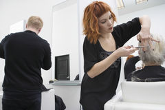 Friseur-Giving Haircut To-Frau-Kunde Stockbild