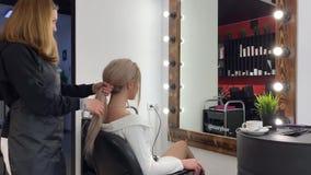 Friseur macht das Anreden in einem Salon stock footage
