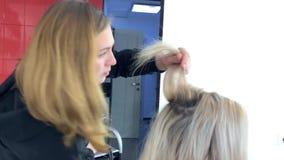 Friseur macht das Anreden in einem Salon stock video