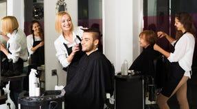 Friseur macht, für Mann zu schneiden Stockbilder