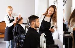 Friseur macht, für Mann zu schneiden Stockfotos