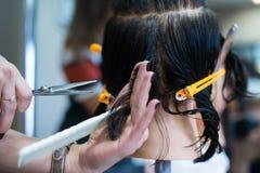Friseur macht Haarschnitt am Salon Lizenzfreie Stockbilder