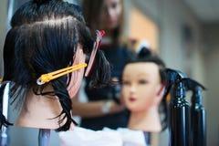 Friseur macht Haarschnitt am Salon Stockbilder