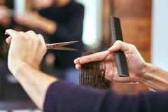 Friseur macht Männer Haarschnitt am Schönheitssalon Lizenzfreies Stockbild