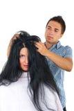 Friseur mit Abnehmerfrau mit dem langen Haar Stockfoto