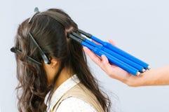 Friseur mit Flechtenhersteller Stockbild