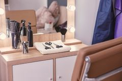 Friseur ` s Arbeitsplatz im Salon lizenzfreie stockbilder