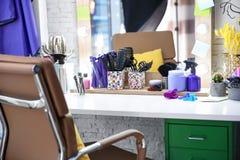 Friseur ` s Arbeitsplatz im Salon stockfoto