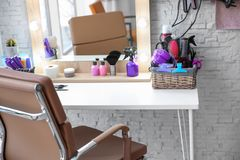 Friseur ` s Arbeitsplatz im Salon stockbild