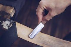Friseur schärft ein Rasiermesser stockbild