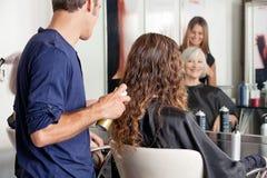 Friseur Setting Up Clients Haar Stockfotos
